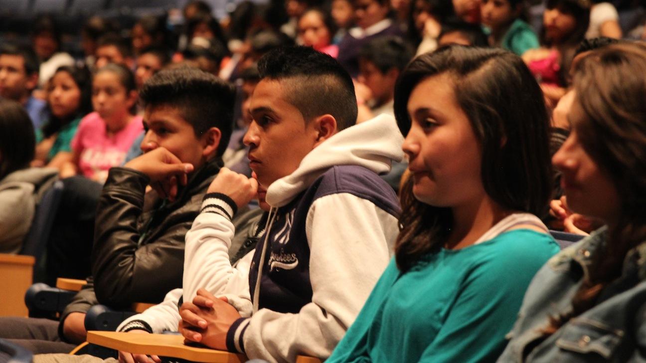 Collapse, performance view at Instituto Guatemalteco Americano (IGA). Photo: Mischa Prince.